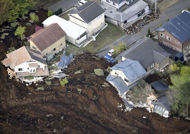Japonya'da deprem ve deprem sonrası oluşan toprak kayması