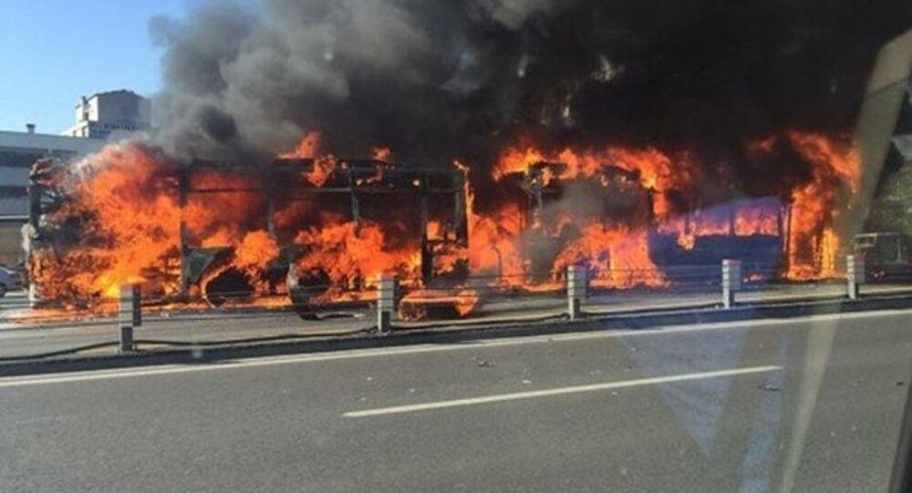 Topkapı durağında bir metrobüs alev alev yandı.