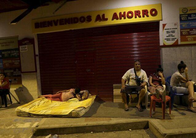 Ekvador'un Portoviejo kentinde çok sayıda kişi, deprem sonrasında sokakta kalmaya başladı.