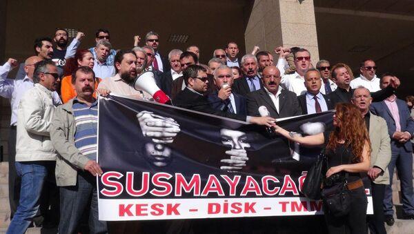 İzmir'de 2 yıl önce düzenlenen Berkin Elvan'ı anma etkinliğinde, dönemin Başbakanı Recep Tayyip Erdoğan'a hakaret ettikleri iddiasıyla 1- 3 yıl hapis istemiyle yargılanan DİSK ve KESK temsilcileri; Memiş Sarı, Abdullah Tunalı ve Ali Rıza Turan, 'Kamu görevlisine hakaret' suçundan beraat etti. - Sputnik Türkiye