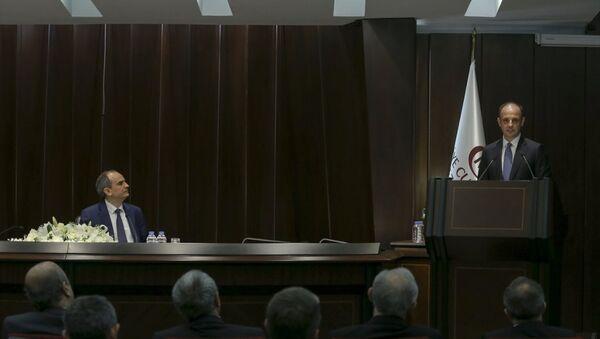 Türkiye Cumhuriyet Merkez Bankası (TCMB) Başkanlığı görev süresi sona eren Erdem Başçı (solda), Banka İdare Merkezi Konferans Salonu'nda düzenlenen törenle görevini Murat Çetinkaya'ya (sağda) devretti. - Sputnik Türkiye