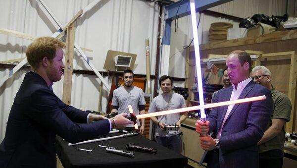 İngiltere prensleri William ve Harry, Star Wars filminin setinde. - Sputnik Türkiye