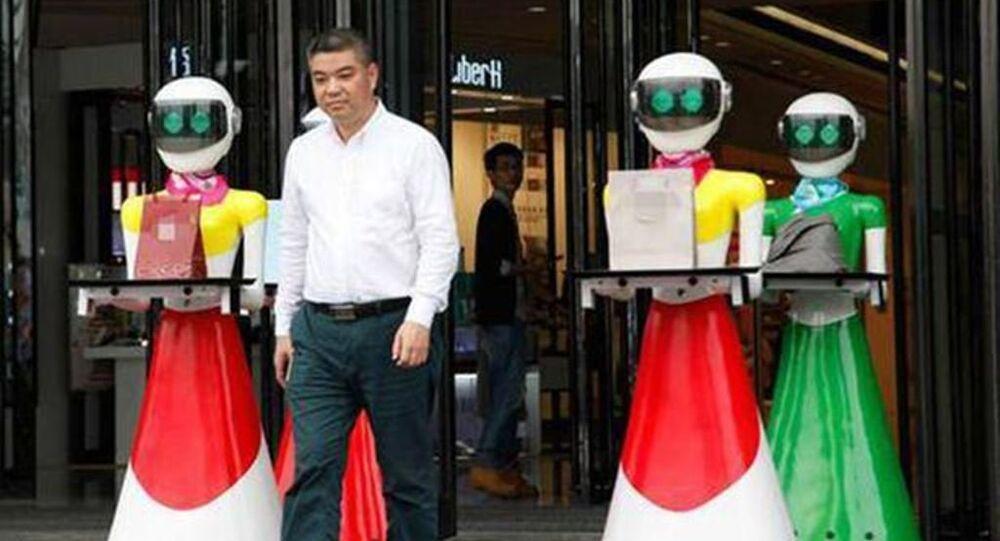 Çin'de 'yeni zengin' bir erkeğin, yanında sekiz 'dişi' robot hizmetkarlarıyla bir alışveriş merkezinden lüks eşyalar alırken görüntülenmesi ülkede tepkiye neden oldu.