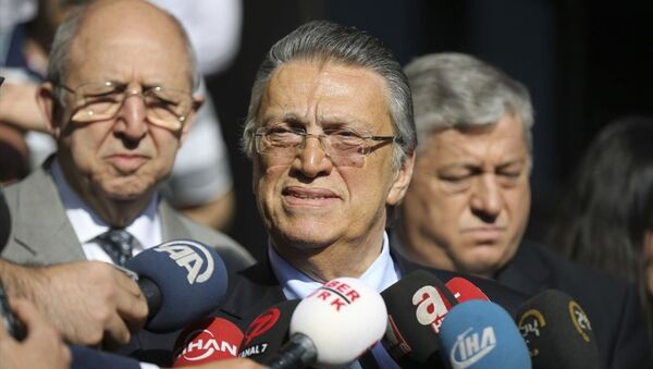 Eski Başbakan Mesut Yılmaz, Ankara 5. Ağır Ceza Mahkemesindeki duruşmada, tanık sıfatıyla ifade verdi. Yılmaz, duruşma çıkışı gazetecilerin sorularını yanıtladı. - Sputnik Türkiye