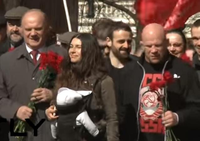 Kısa bir süre önce Rus vatandaşlığı alan ve sosyalizme inancından sıklıkla bahseden ABD'li dövüşçü Jeff Monson ile Rusya Komünist Partisi Genel Başkanı Gennadiy Zyuganov, Kızıl Meydan'daki Lenin mozolesine karanfil bıraktı.