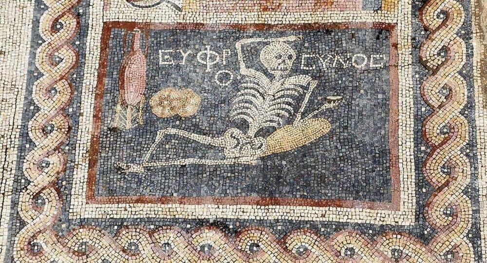 Neşeli ol hayatını yaşa' yazılı mozaik