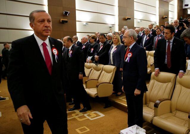 Anayasa Mahkemesinin kuruluşunun 54. yıldönümü dolayısıyla yüce divan salonunda tören düzenlendi. Törene Cumhurbaşkanı Recep Tayyip Erdoğan, CHP Genel Başkanı Kemal Kılıçdaroğlu da katıldı.