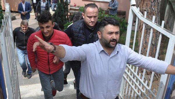 Spor Toto Süper Lig'de Trabzonspor ile Fenerbahçe arasındaki karşılaşmada maçın ilave yardımcı hakemi Volkan Bayarslan'ın darbedilmesi olayına karışan O.M. (kırmızı montlu) ve saha olayları nedeniyle gözaltına alınan bir başka zanlı adliyeye sevk edildi. - Sputnik Türkiye