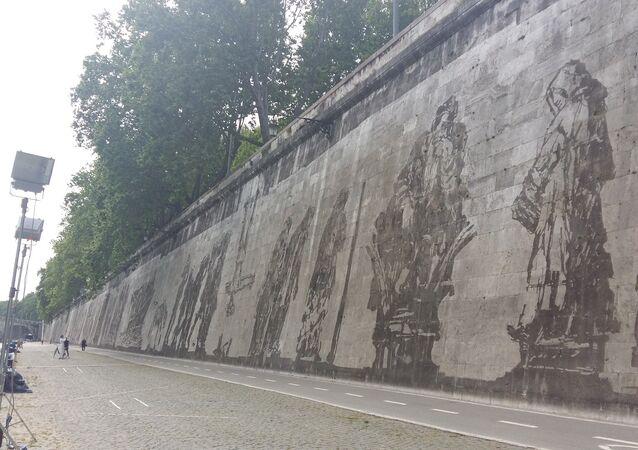 Kentridge,  Tiber Nehri kıyısında uzanan 550 metre uzunluğunda ve 12 metre yüksekliğindeki duvara Roma'nın kurucuları Romulus ve Remus'tan, 1975 yılında öldürülen yönetmen  Pier Paolo Pasolini'ye kadar, adı kentle anılan çok sayıda kişiyi resmetti.