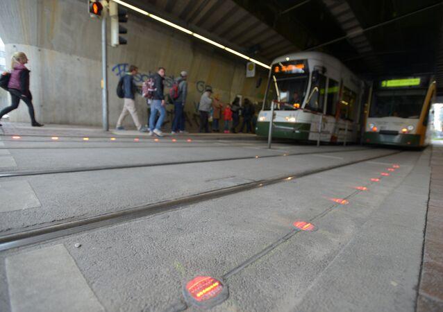 Almanya'nın Augsburg kentindeki yaya geçitlerine karşıdan karşıya geçerken gözlerini ekrandan ayıramayan telefon çılgınlarının (smombie) başına gelebilecek kazaları önlemek için özel LED ışıklar yerleştirildi.
