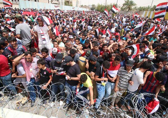 Irak'ta Sadr hareketi destekçileri, başkent Bağdat'taki Yeşil Bölge çevresinde yeni bir gösteri düzenledi. 26 Nisan 2016