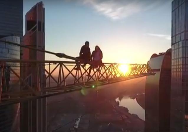 Rusya'nın başkenti Moskova'da adrenalin meraklısı iki kişi hiçbir güvenlik önlemi olmadan bir gökdelenin tepesindeki vince tırmandı.