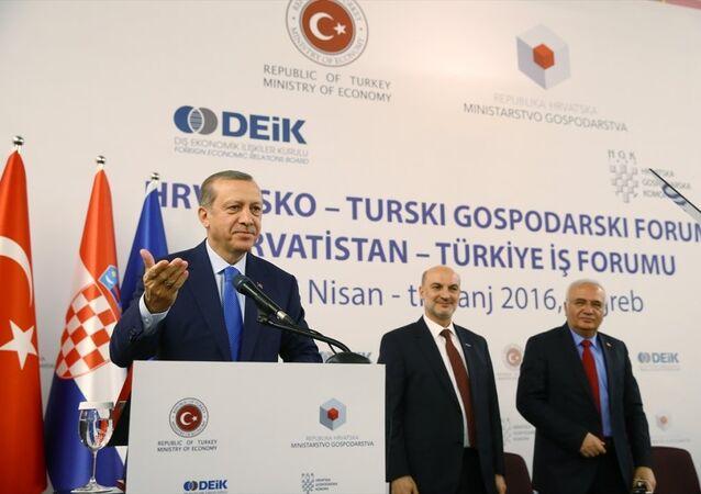 Cumhurbaşkanı Recep Tayyip Erdoğan, Hırvatistan'ın başkenti Zagreb'te mevkidaşı Kolinda Grabar Kitaroviç ile Hırvatistan-Türkiye İş Forumu'na katıldı. Cumhurbaşkanı Erdoğan burada bir konuşma yaptı.