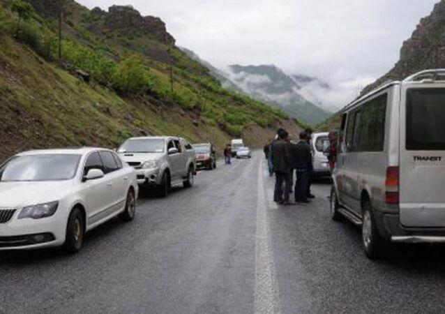 Hakkari-Çukurca karayolunda, PKK'lılar, askeri konvoyun geçişi sırasında roketatarla ateş açtı.