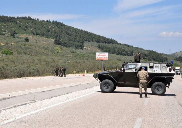 Soma-Kırkağaç yolu Aksu mevkisinde, jandarma aracının geçişi sırasında patlama meydana geldi. Patlamada yoldan geçen askeri aracın camları kırıldı, bir sivil araçta hasar oluştu.
