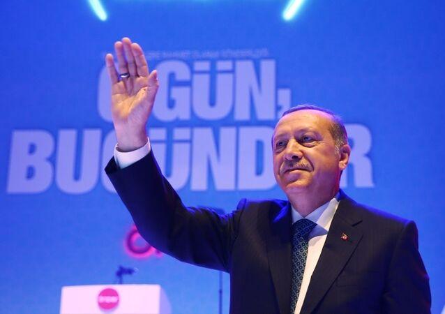 Cumhurbaşkanı Recep Tayyip Erdoğan, İmam Hatipliler Derneği'nce Sinan Erdem Spor Salonunda düzenlenen Önder İmam Hatip Gençlik Buluşmasına katıldı.