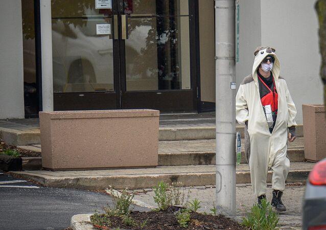 Panda kostümlü adam televizyon binasını bastı