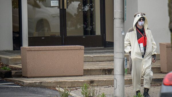 Panda kostümlü adam televizyon binasını bastı - Sputnik Türkiye