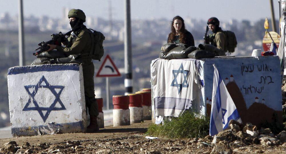 Batı Şeria'daki Gush Etzion kontrol noktasında nöbet tutan İsrail askerleri.