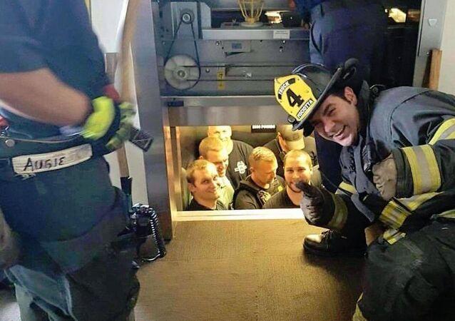 Asansörde kalan polisleri itfaiyeciler kurtardı