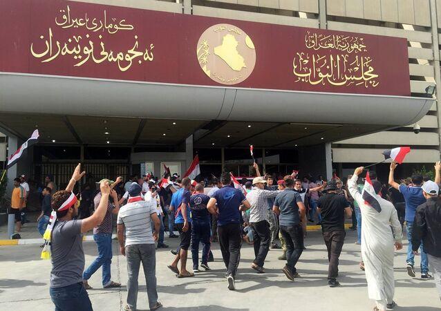 Irak'ta Sadr hareketi lideri Mukteda el Sadr yanlısı protestocular, milletvekillerinin hükümette reform için toplanamamasının ardından yürüyüşe geçti ve hükümet binalarının bulunduğu Yeşil Bölge'ye girdi. Protestoculardan bazılarının parlamento binasına girdiği de gelen bilgiler arasında.