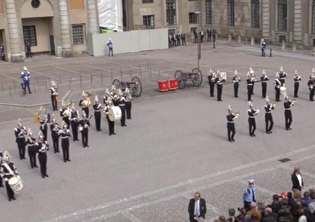 İsveç Kralı 16. Gustaf'ın doğum günü, ordu bandosunun çaldığı 70'li yılların ünlü pop müzik grubu Abba'nın 'Dancing Queen' ile kutlandı.