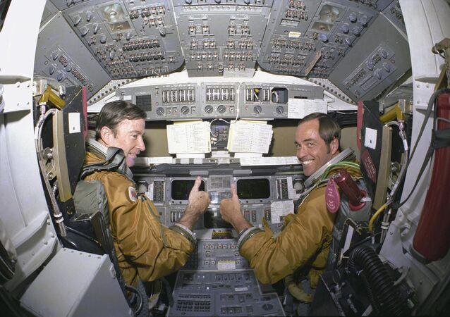 NASA'nın 12 Nisan 1981 yılında kullandığı, uzaya çıkan ilk uzay mekiği Kolombiya Uzay Mekiği, 14 Nisan'da tam 54.5 saat sonra geri döndü. Fotoğrafta uzay mekiğinin kokpitinde astronotlar John Young ve Pilot Robert Crippen görülüyor.
