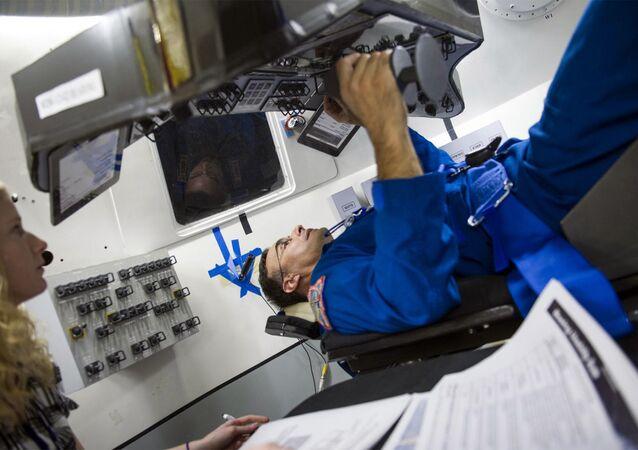 NASA Astronotu Lee Archambault, Boing şirketinin ürettiği CST-100 adlı uzay aracının kontrol ve gösterge panellerinin erişilebilirliğini ve görüş mesafesini test ediyor. CST-100'ün Kasım 2017'de Uluslararası Uzay İstasyonu'na uçuş gerçekleştirmesi planlanıyor.