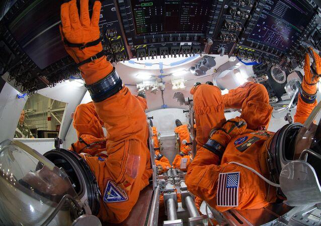 Uzay kıyafetleri içindeki mühendisler NASA'nın Orion uzay aracı içinde 4 mürettebat üyesinin nasıl bir düzen oluşturacaklarını Johnson Uzay Merkezi'nde bulunan modelde uygulamalı olarak gösteriyor. Orion, mürettebatlı ilk uçuşunu 2021 yılında gerçekleştirecek. 2030'lu yıllarda insanların Mars'a gönderilmesi bu uzay aracıyla planlanıyor.