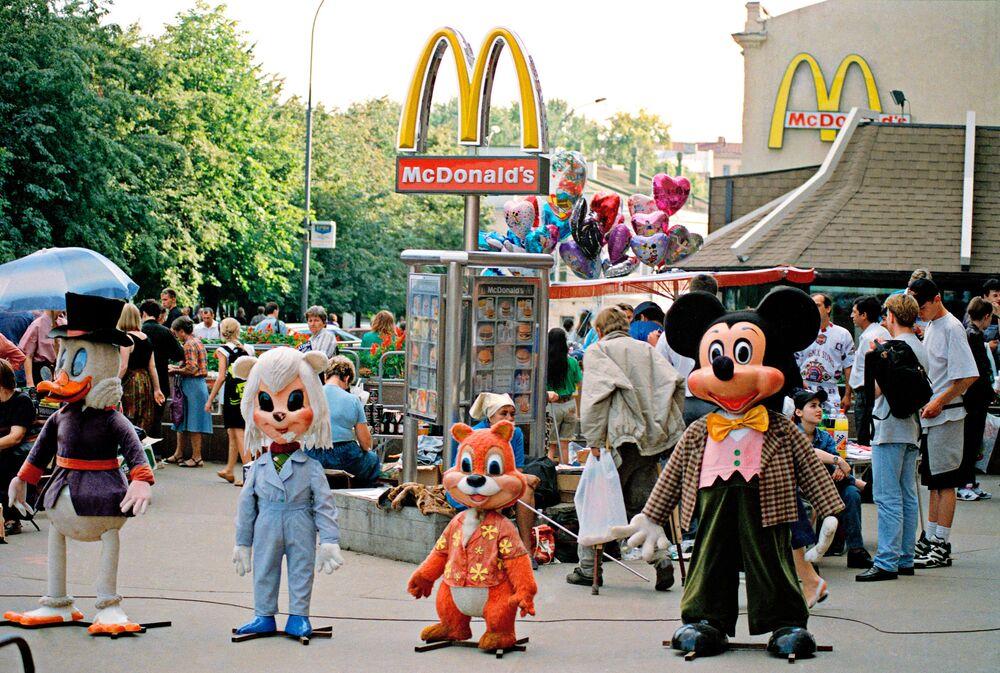 Rusya'nın başkenti Moskova'daki 700 kişilik McDonald's dünyanın en büyüğü. Bu restoran açılışının yapıldığı 31 Ocak 1990 tarihinde 30 binden fazla müşteriye hizmet vererek bir rekor kırmıştı.