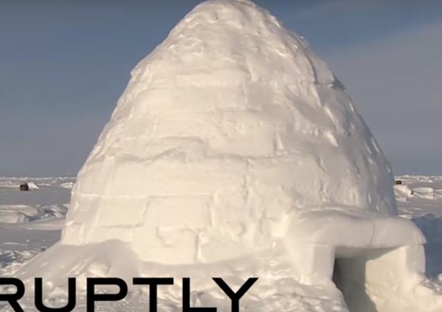 Russia Today (RT) tatbikat gerçekleştirmek için Arktik bölgesinde bulunan Rus Hava İndirme Kuvvetleri askerlerinin sıradan bir gününü görüntüledi.