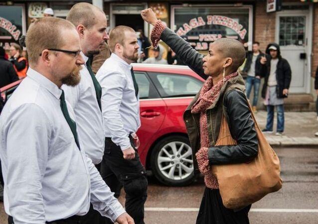 Nazilerin önüne sağ yumruğunu havaya kaldırarak dikilen kadın
