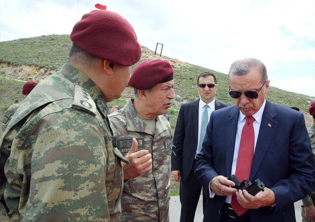 Cumhurbaşkanı Recep Tayyip Erdoğan Özel Kuvvetler Komutanlığı'nı ziyaret etti. Cumhurbaşkanı Erdoğan, Genelkurmay Başkanı Orgeneral Hulusi Akar'dan bilgi aldı.