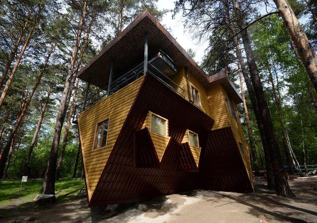 Sibirya'nın Novosibirsk şehri hayvanat bahçesinde bulunan bu 2 katlı ilginç ev kelimenin tam anlamıyla 'tepetaklak' duruyor. İçinde ise sıradan bir evde olması gereken herşey mevcut: çocuk odası, banyo, hol, salon, garaj, hatta televizyon ve şömine bile… Bu ev ayrıca 6X14 metrelik boyutuyla Avrupa'nın en büyük tepetaklak evi.