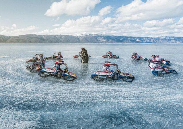 Dünya Buz Pisti yarışlarında iki kez şampiyon olan Rus yarışçı Daniil İvanov, dünyanın en derin gölü olan Sibirya'daki Baykal gölü üzerinde motosikletiyle hünerlerini gösterdi.