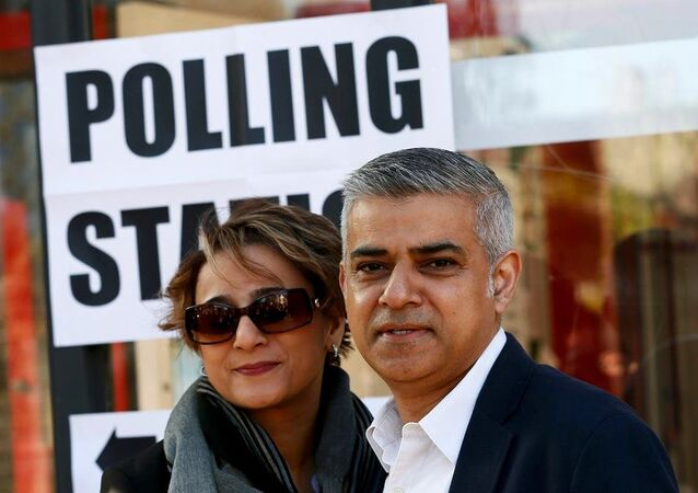 Müslüman Londra Belediye Başkan adayı Sadiq Khan ve eşi Saadiya