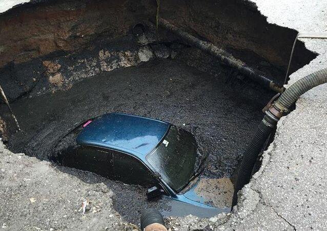 Ankara'da park halindeki otomobil, patlayan su borusunun yumuşamasına yol açtığı zeminin çökmesi sonucu oluşan yaklaşık 3 metrelik çukura düştü.