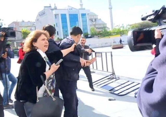 Can Dündar'ın eşi Dilek Dündar silahlı saldırı girişiminde bulunan kişinin yakından tutarak kaçmasını engellemeye çalıştı.