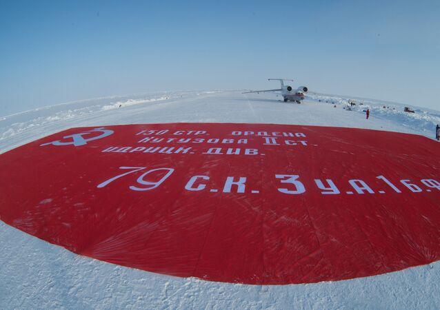 'Zafer pankartı'nın en büyük kopyası Kuzey Kutbu'nda