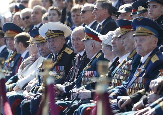 Rusya Devlet Başkanı Putin ve Başbakan Medvedev, Kızıl Meydan'daki geçit törenini 2. Dünya Savaşı gazileriyle birlikte izliyor.