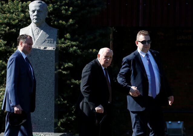 Mihail Gorbaçov da Zafer Günü töreninin yapıldığı Kızıl Meydan'a geldi.