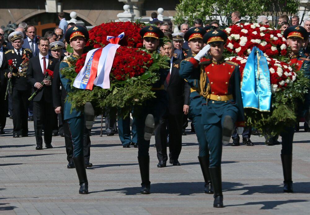 Rusya Devlet Başkanı Vladimir Putin ve Başbakanı Dmitriy Medvedev, Meçhul Asker Anıtı önüne çiçek bıraktı.