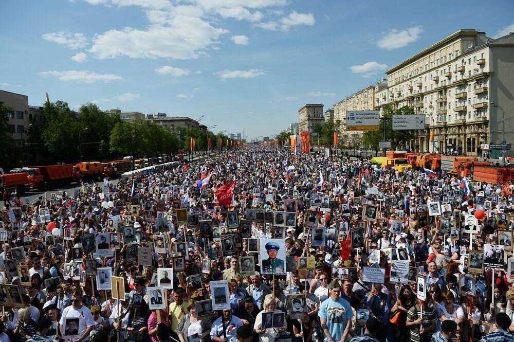 Moskova'da Zafer Günü'nde Ölümsüz Alay yürüyüşü