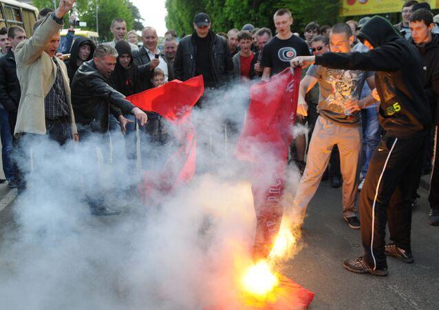 Ukraynalı aşırı sağcılar Aziz Georgiy Kurdelesi'ni yaktı
