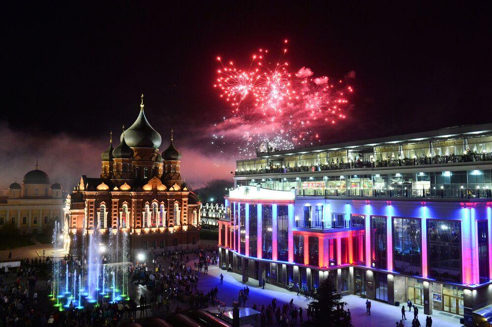 Rusya'da Zafer Günü'nde havai fişek gösterileri