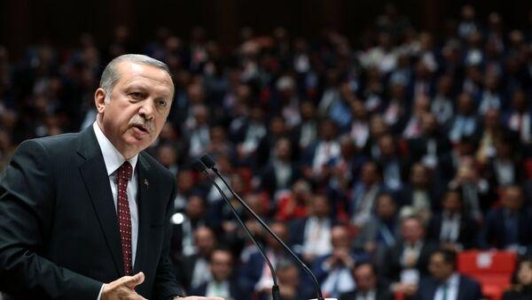 Cumhurbaşkanı Recep Tayyip Erdoğan, TOBB İkiz Kuleler'de yapılan 'TOBB 72. Genel Kurul Hizmet Şeref Belgesi ve Plaket Töreni'ne katılarak bir konuşma yaptı. - Sputnik Türkiye