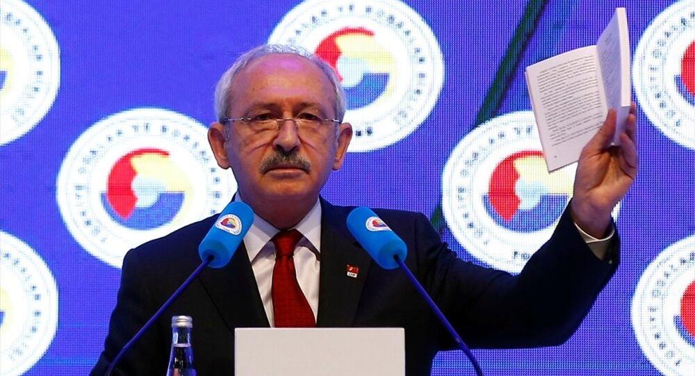 Türkiye Odalar ve Borsalar Birliği (TOBB)'un 72. Genel Kurulu, TOBB Ekonomi ve Teknoloji Üniversitesinde gerçekleştirildi. CHP Genel Başkanı Kemal Kılıçdaroğlu, Anayasa kitabından ilk dört maddeyi okudu.