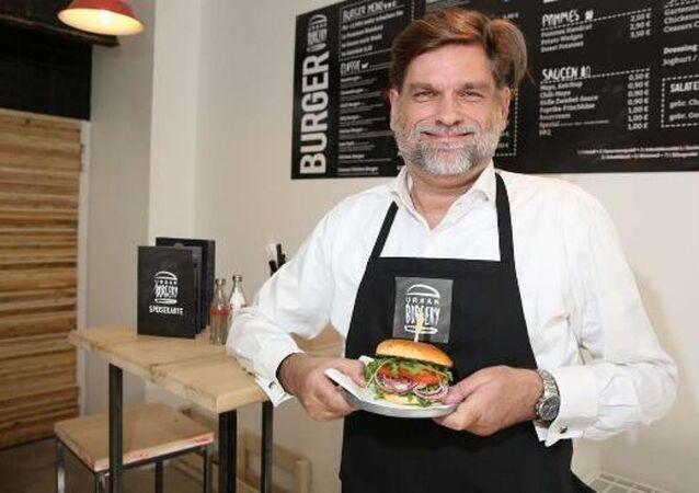 Almanya'nın Köln kentinde menüsüne 'Erdoğan Burger' koyarak adından söz ettiren Urban Burgery restoranının sahibi Jörg Tiemann, tehditler üzerine kapatmak zorunda kaldığı restoranını yeniden açacağını söyledi.
