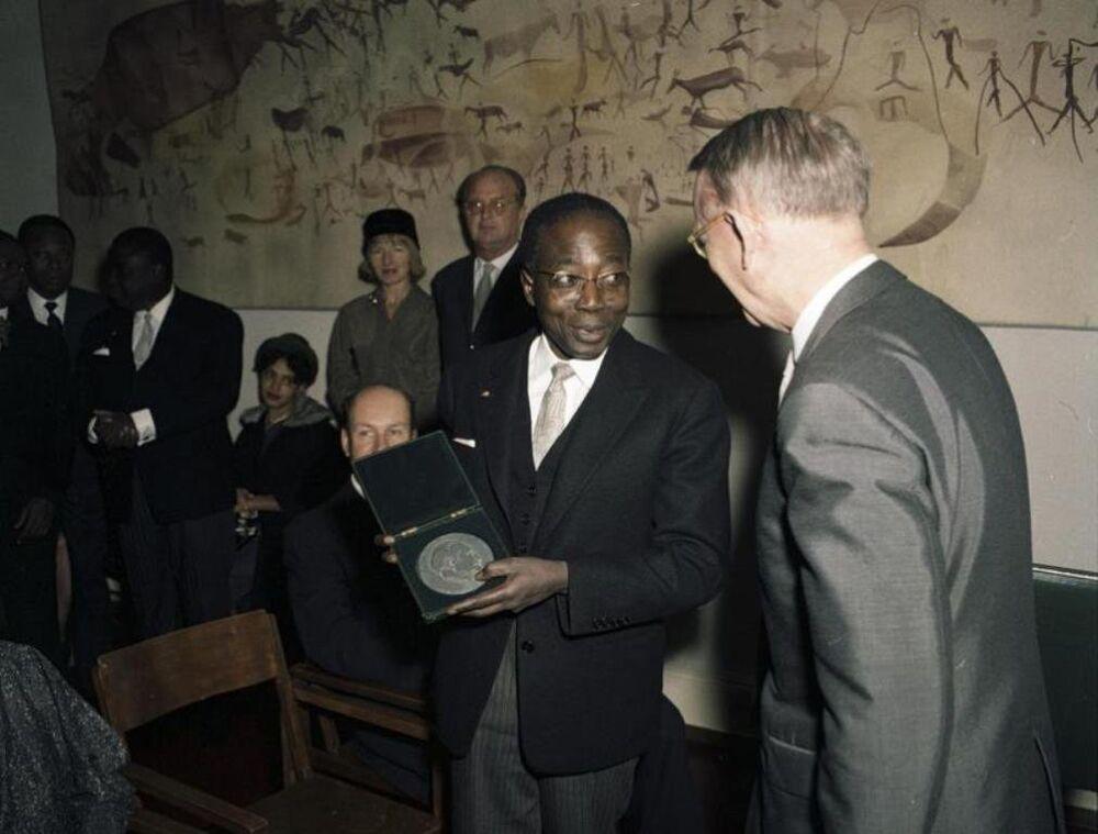 Nüfusunun yüzde 95'inden fazlası Müslüman olan Senegal'i 1960-1980 yılları arasında Hristiyan Devlet Başkanı Leopold Sedar Senghor yönetti.