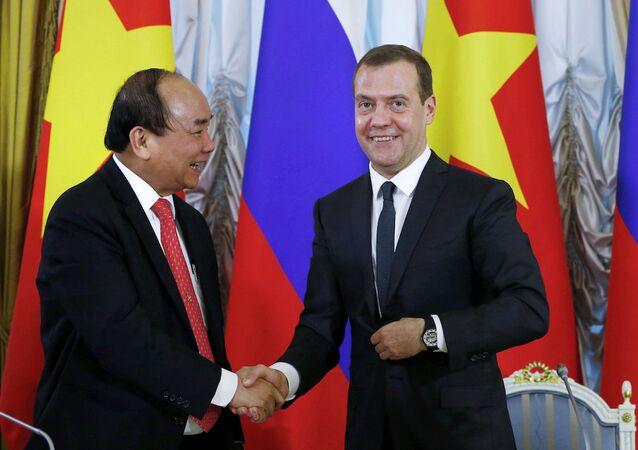 Vietnam Başbakanı Nguyen Xuan Phuc ve Rusya Başbakanı Dmitriy Medvedev.